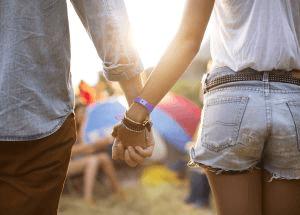 Una pareja se da la mano en un festival de música. / Paul Bradbury