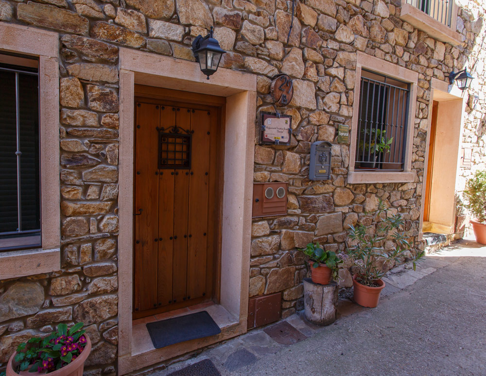 Puerta de casa rural en Braojos Madrid