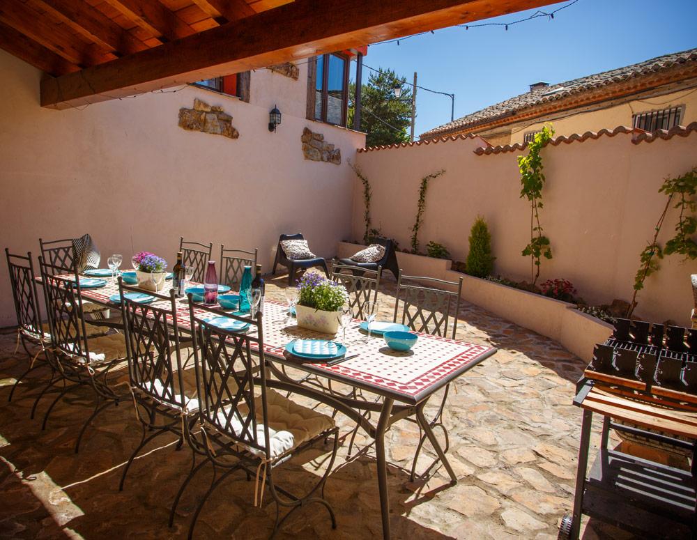 Patio con mesa y sillas de casa rural en Braojos Madrid