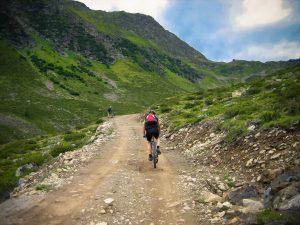 Aficionados al MTB recorren senderos entre montañas.