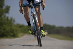 Persona haciendo cicloturismo en Sierra Norte