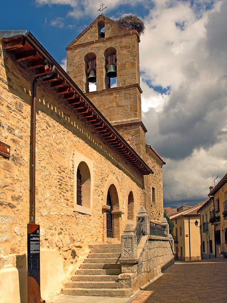 La iglesia de San Pedro In Cathedra se encuentra en el centro del pueblo.